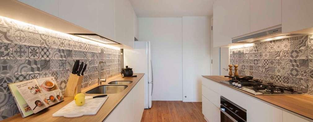 Cocinas de estilo minimalista por Eightytwo Pte Ltd