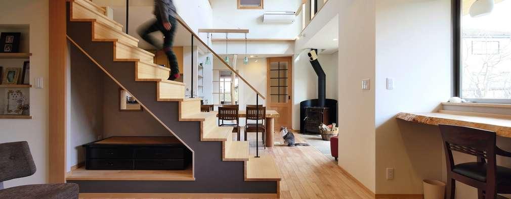 リビング階段: 池田デザイン室(一級建築士事務所)が手掛けた廊下 & 玄関です。