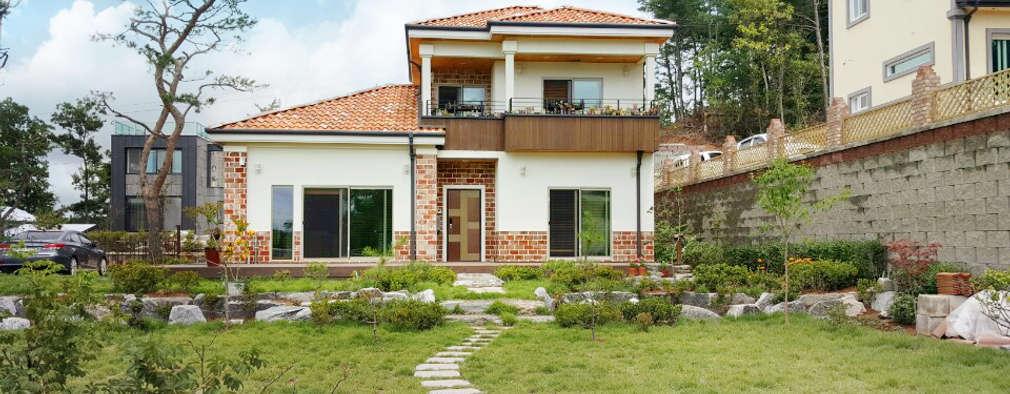Projekty, śródziemnomorskie Domy zaprojektowane przez 지성하우징