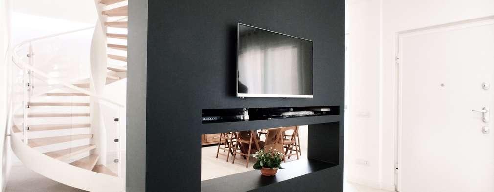 Salas de estilo moderno por M16 architetti