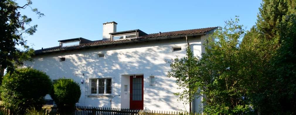 Fassade Nord: moderne Häuser von Beat Nievergelt GmbH Architekt