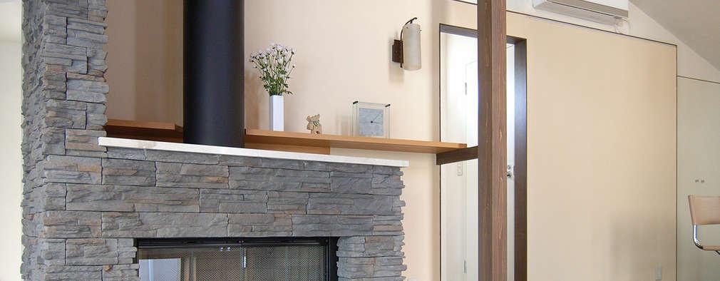 暖炉と自立壁: シーズ・アーキスタディオ建築設計室が手掛けたダイニングです。