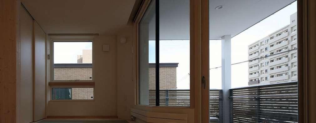 双空の家: 富谷洋介建築設計が手掛けたベランダです。