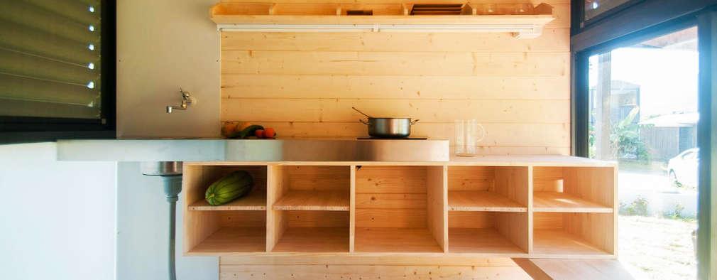 modern Kitchen by FAMWOOD 自然紅屋