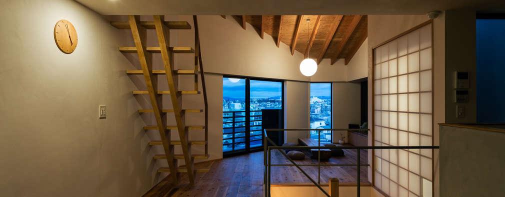 リビング 夜景: 藤森大作建築設計事務所が手掛けたリビングです。