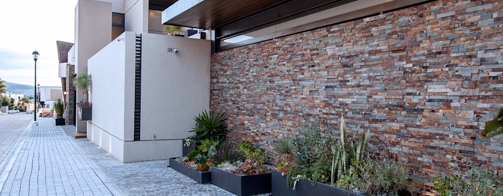 Acceso principal.: Casas de estilo moderno por Loyola Arquitectos