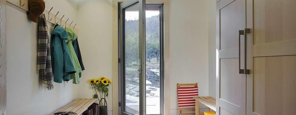 Entry Mudroom:  Corridor & hallway by ZeroEnergy Design