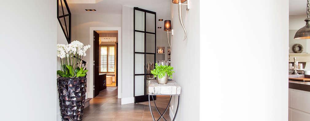 Pasillos y recibidores de estilo  por Wood Creations