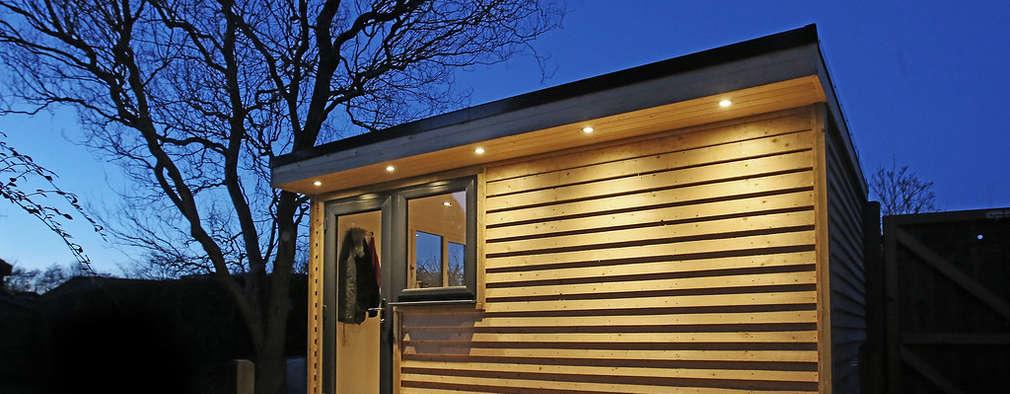 Casas de estilo moderno por Miniature Manors Ltd