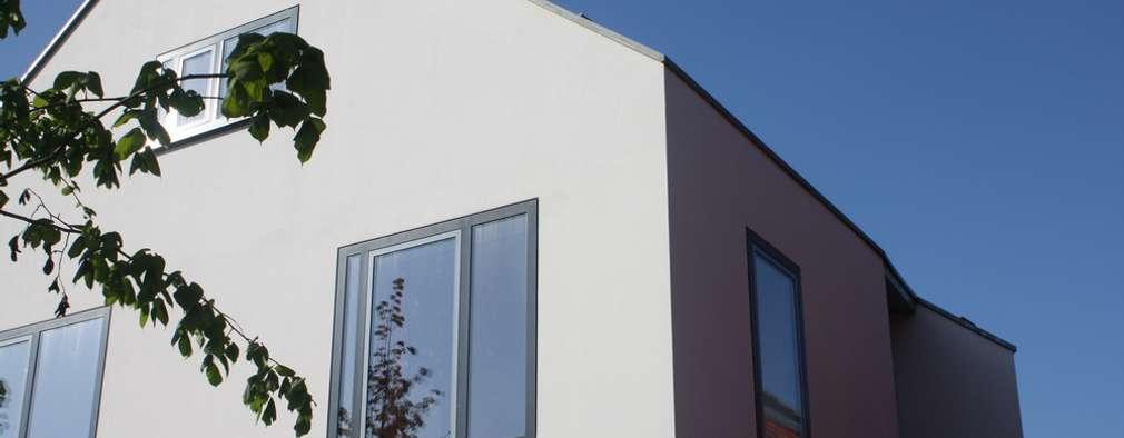 Wit modern huis Cronenburgh: moderne Huizen door Architectenbureau Jules Zwijsen