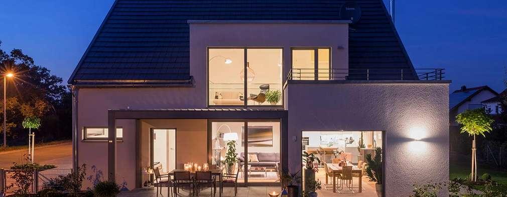 Terrasse bei Nacht mit Blick ins Haus:  Einfamilienhaus von KitzlingerHaus GmbH & Co. KG