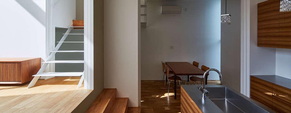 ダイニングキッチン: 武藤圭太郎建築設計事務所が手掛けたキッチンです。