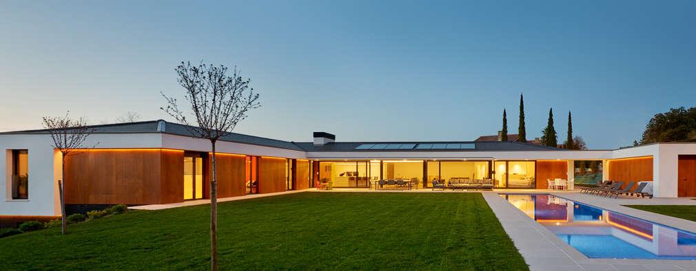 Jardines de estilo moderno por DECONS  GKAO S.L.