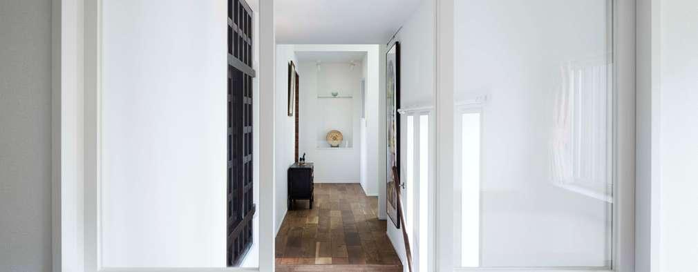 主寝室から見た廊下ギャラリー: 久保田章敬建築研究所が手掛けた寝室です。