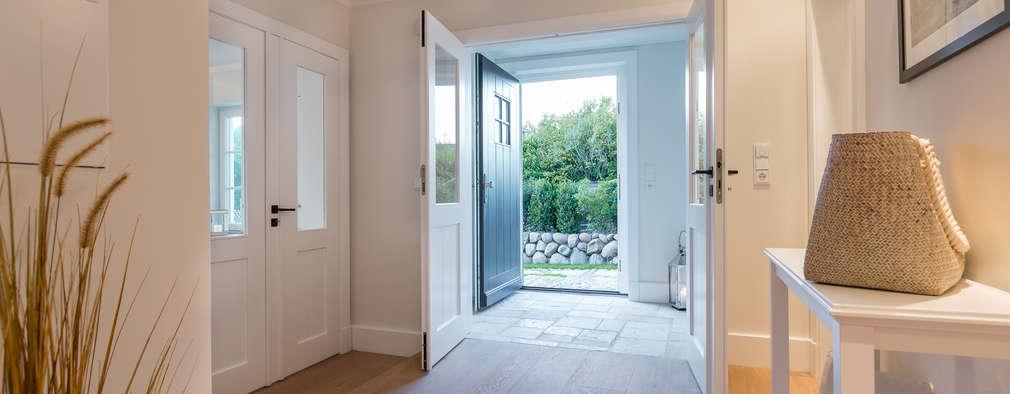 Pasillo, hall y escaleras de estilo  por Home Staging Sylt GmbH