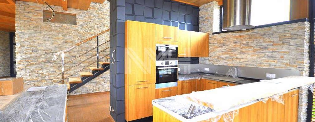 Дом из натуральных материалов в стиле хай-тек: Кухни в . Автор – New Moscow House