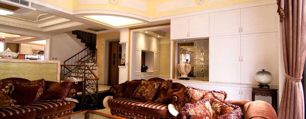 挑高的客廳:  客廳 by Hi+Design/Interior.Architecture. 寰邑空間設計