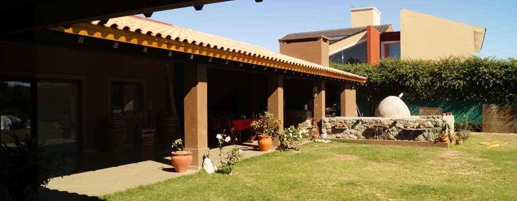 Casas de estilo rústico por Abitar arquitectura