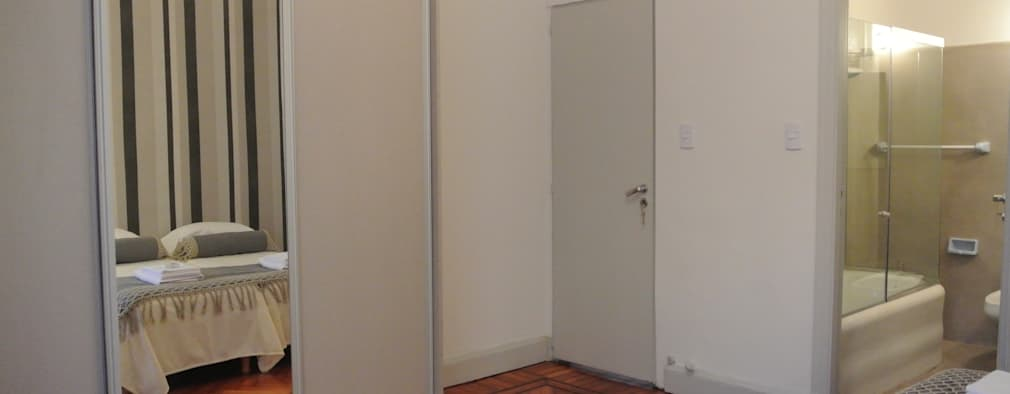 AMBIENTACION Y EQUIPAMIENTO DE UN DEPARTAMENTO PARA ALQUILER TEMPORARIO: Dormitorios de estilo moderno por Arquitecta MORIELLO