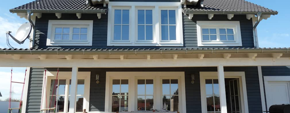 Außenfassade mit überdachter Veranda: skandinavische Häuser von Skan-Hus GmbH