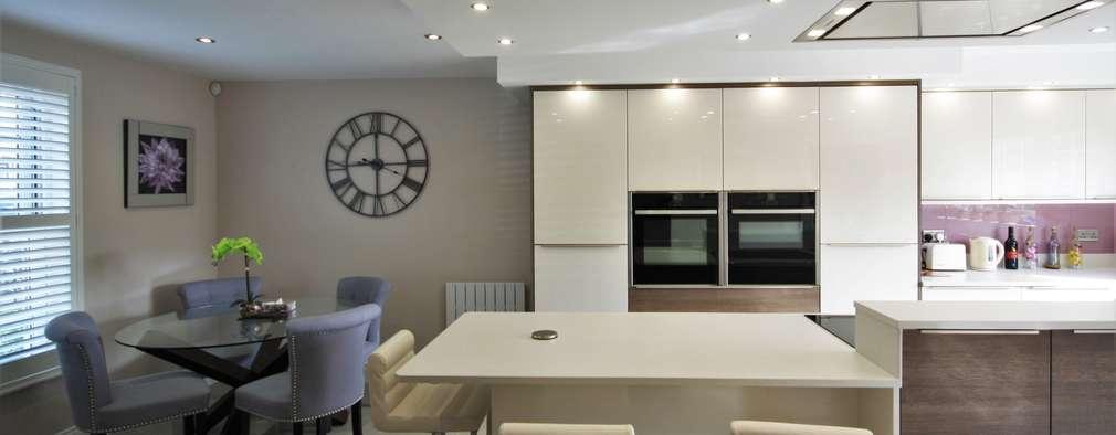 Una cocina moderna con mucha luz y paneles brillantes