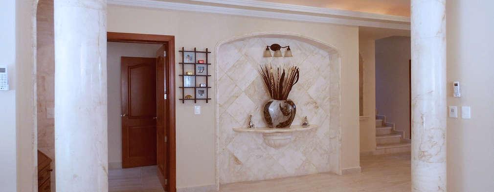 Corredores e halls de entrada  por DHI Riviera Maya Architects & Contractors