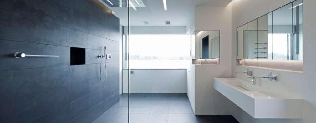 Einfamilienhaus: minimalistische Badezimmer von Innenarchitektur und Kunst