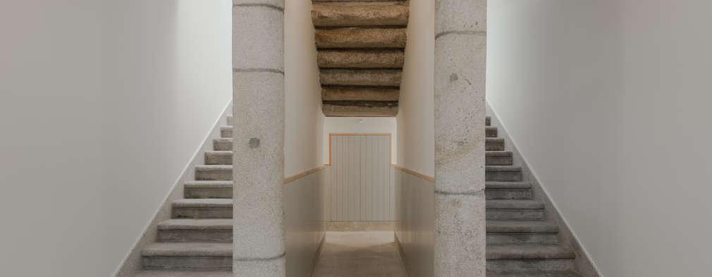 Escadas interiores em granito: Corredores e halls de entrada  por Pedro Ferreira Architecture Studio Lda