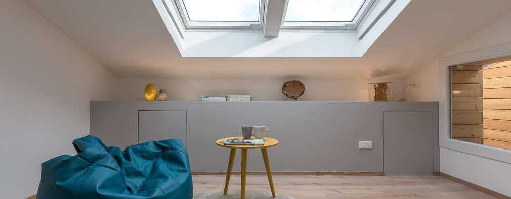 Un sottotetto buio diventa un attico tra legno e luce - Illuminazione sottotetto legno ...