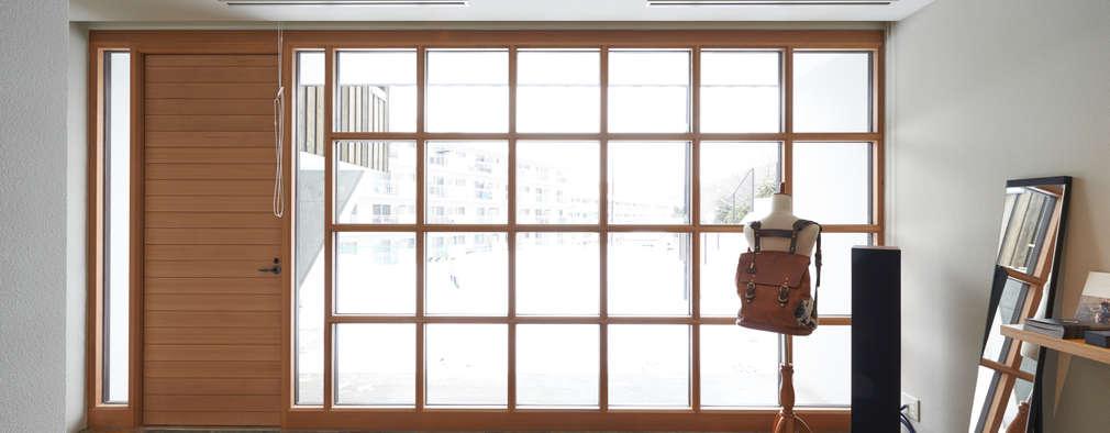 神社山の家: Atelier Monogoto 一級建築士事務所が手掛けた窓です。