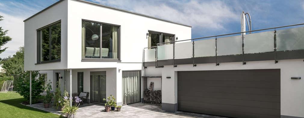 Moderne Flachdachvilla im Bauhausstil mit architektonischen Highlights:  Einfamilienhaus von wir leben haus