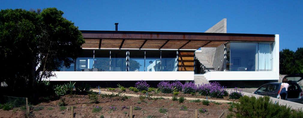 Casa Lomas Blancas: Casas unifamiliares de estilo  por 2712 / asociados