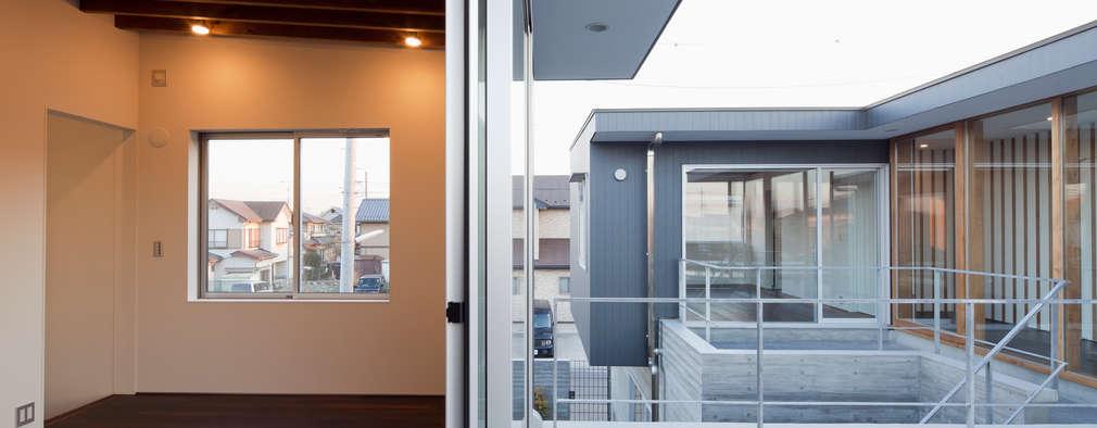 2階の中庭: 有限会社角倉剛建築設計事務所が手掛けたベランダです。