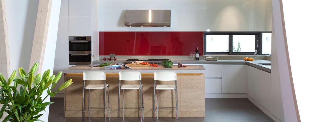 Downley House: Minimalistic Kitchen By Kuche Design