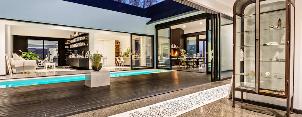 House Viljoen, corridor and courtyard :  Corridor & hallway by Hugo Hamity Architects