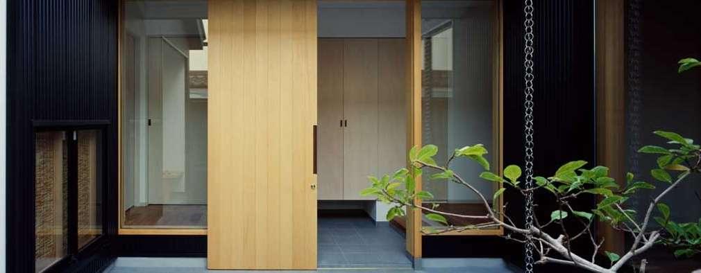 玄関ホール: 前田工務店が手掛けた木造住宅です。