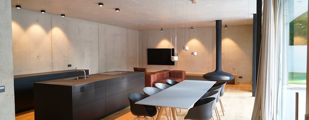 Ein Traum aus Beton und Eiche: minimalistische Wohnzimmer von Helm Design by Helm Einrichtung GmbH