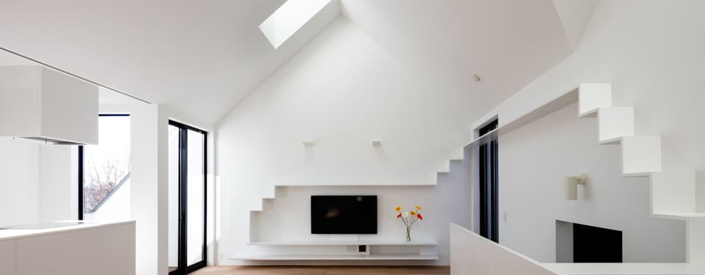 2階子世帯リビング: 石川淳建築設計事務所が手掛けたリビングです。