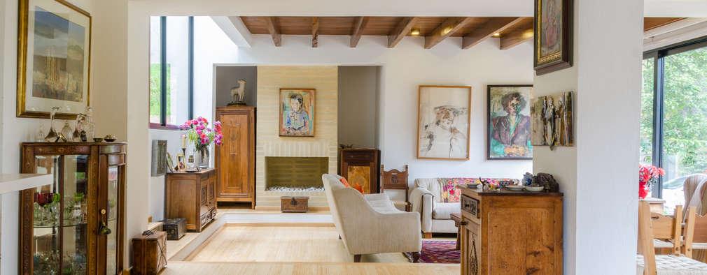 CASA EL ABRA: Salas de estilo rústico por ARCE S.A.S