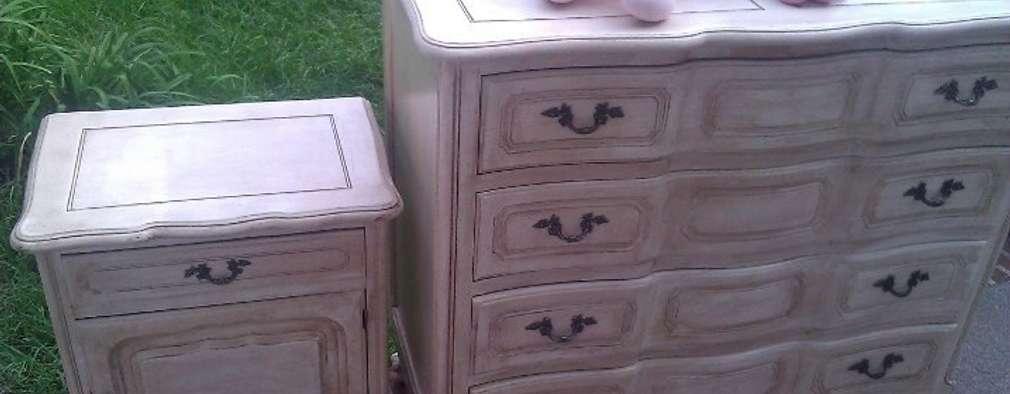 Comoda y mesa de luz provenzal patinada.: Dormitorios infantiles de estilo clásico por ANADECO