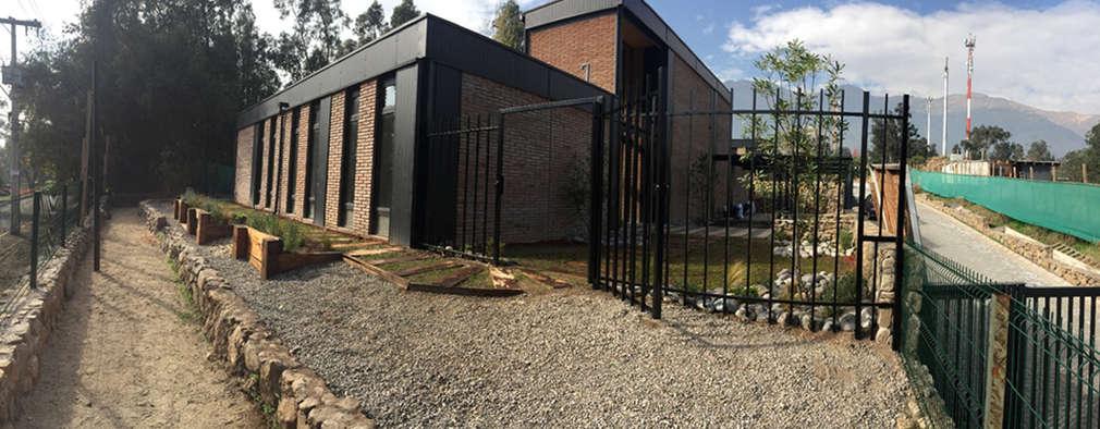 Fachada principal: Casas de estilo industrial por MAC SPA