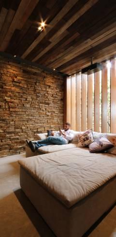 Salas multimedia de estilo  por ZAAV Arquitetura