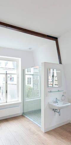 Dormitorios de estilo  por Architectenbureau Vroom