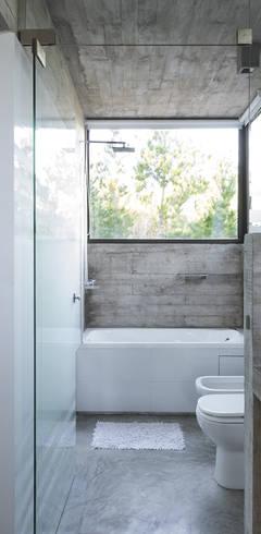 CASA WEIN: Baños de estilo  por Besonías Almeida arquitectos