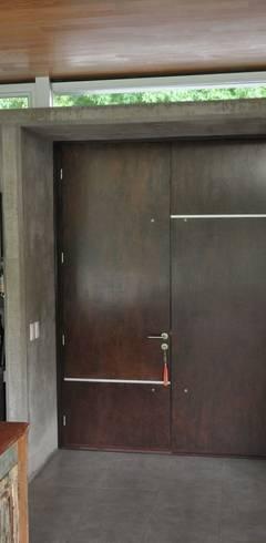 PROYECTO LANFRANCO: Ventanas de estilo  por Baltera Arquitectura