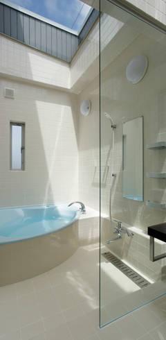 Salle de bains de style  par 有限会社タクト設計事務所