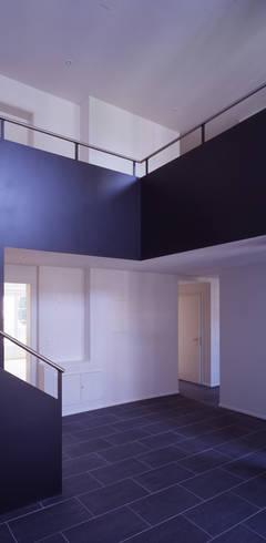 Pasillos y recibidores de estilo  por Arcoop