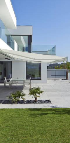 VILLA BELICE: moderner Garten von LEE+MIR