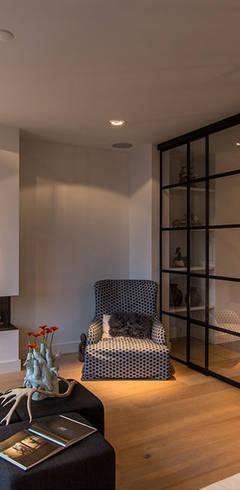 RENOVATIE APPARTEMENT AMSTERDAM:  Woonkamer door DENOLDERVLEUGELS Architects & Associates
