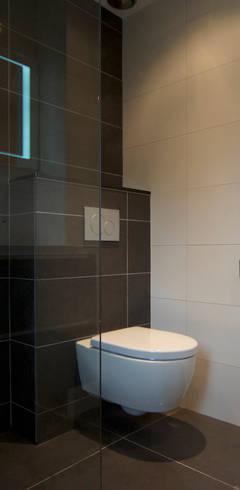 Baños de estilo rural por AGZ badkamers en sanitair